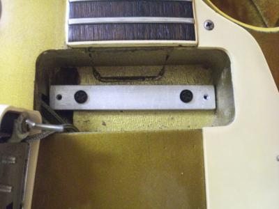 Gibson_Les_Paul_Deluxe_pickup-cavity_with_aluminum-spacer_for_Mini-humbucker.jpg
