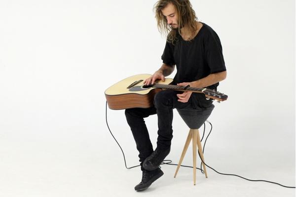 Pik stool un taburete amplificador para conciertos for Taburete para tocar guitarra
