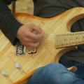 Diga ¡Ahh! Una guitarra hecha con 1.300 depresores de lengua como los que usan los médicos