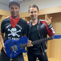 Matt Bellamy de Muse compra Manson Guitar Works y le regala una guitarra a Tom Morello