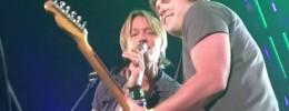 Keith Urban presta una guitarra a un fan y deja a todos sorprendidos