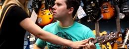 Las 8 canciones que nunca debes tocar en una tienda de guitarras