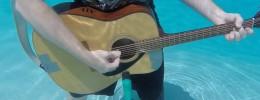¿Cómo suena una guitarra debajo del agua?