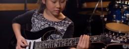 La niña Li-Sa-X, de 11 años, y Marty Friedman comparan su técnica de púa