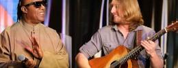 "Stevie Wonder sorprende a un guitarrista subiéndose a cantar ""Superstition"" con él"