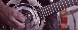 Se hace una guitarra con piezas de una Harley Davidson