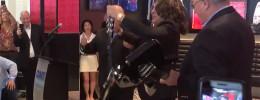 El líder de Kiss, Paul Stanley, inaugura uno de sus restaurantes Rock & Brews rompiendo guitarras