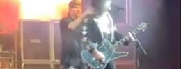 Tiene el pelo en llamas, pero este imitador de Kiss sigue tocando la guitarra y cantando