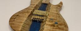 Esta guitarra tiene un río de resina epoxi atravesando el cuerpo de arce