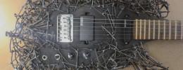 ¿Puede haber algo más Heavy Metal que una guitarra con el cuerpo lleno de clavos?