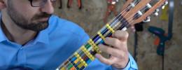 Una guitarra con diapasón microtonal hecho con impresión 3D y piezas de Lego