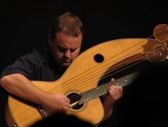 Andy McKee, espectáculo sobre cuerdas