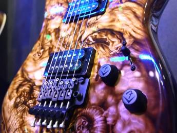 John Cruz muestra la Zombie Stratocaster