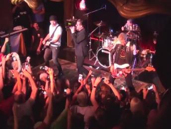 The Edge y Adam Clayton se cuelan por sorpresa en una banda de versiones de U2