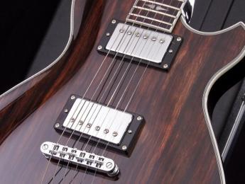 Michael Kelly incorpora la guitarra Patriot Striped Ebony a la Custom Collection Series
