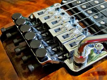 ¿Cómo cambiar las cuerdas a una guitarra con puente Floyd Rose?