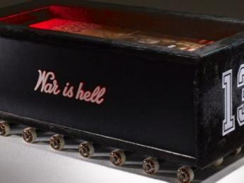 ¿Mesita de café o altar de sacrificio? Un mueble inspirado en Jeff Hanneman de Slayer