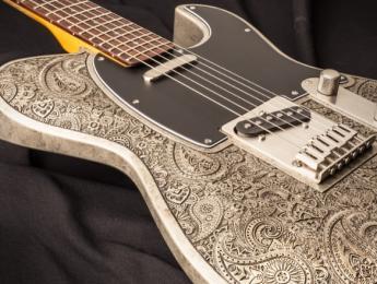 Dellatera Engraved Paisley, una guitarra de madera disfrazada de metal