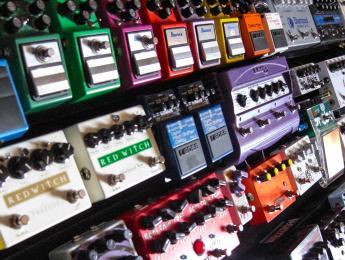 Los cinco pedales que todo guitarrista principiante debería conocer