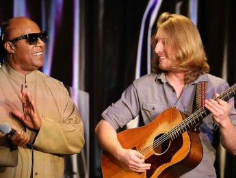"Stevie Wonder sorprende a un guitarrista subiéndose a cantar ""Superstition"" con él"