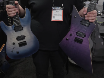 """Chapman nos enseña sus guitarras """"democráticas"""" y una gama sólo para zurdos"""