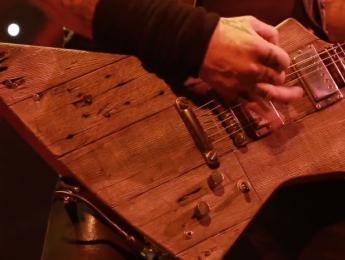 Una guitarra para James Hetfield hecha con la madera del garaje donde ensayaba Metallica