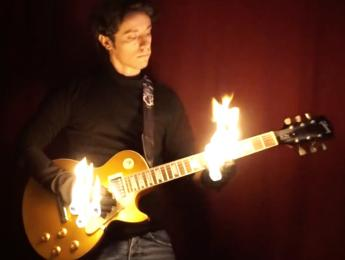 Pegarle fuego a la guitarra está muy visto ¿Qué tal tocar un solo con las manos en llamas?