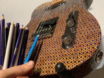 Otra guitarra hecha con 1.200 lápices de colores, esta vez estilo Telecaster