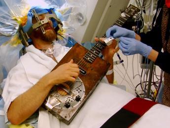 Tocar un instrumento mientras te operan el cerebro