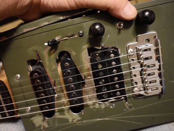 Guitarra hecha con una caja de munición ¿El peor DIY de la historia?