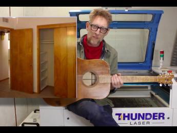 Guitarra acústica hecha por completo con las puertas huecas de un armario