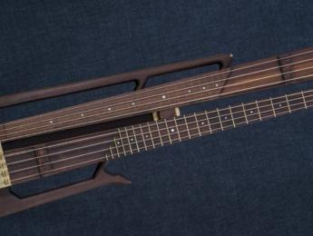 Nordic Guitars Rotator, un bajo con doble mástil giratorio con trastes y fretless