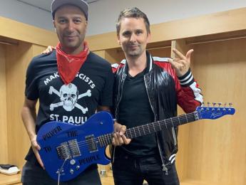Matt Bellamy de Muse compra Manson Guitar Works y le regala una guitarra a Tom Morello