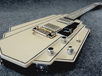 Buzz Feiten rinde tributo a Bo Diddley con una guitarra única estilo Art Decó