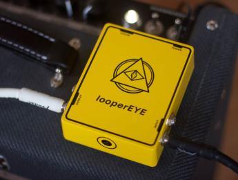 Este looper reemplaza los controles físicos por una cámara que registra el movimiento del pie