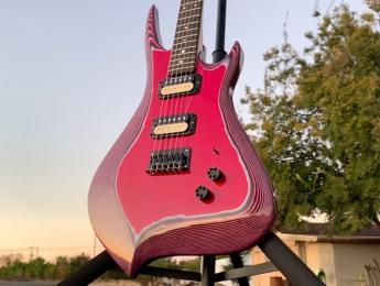 ¿Se podrá tocar metal con esta guitarra hecha con 800 hojas de papel y resina epoxi?