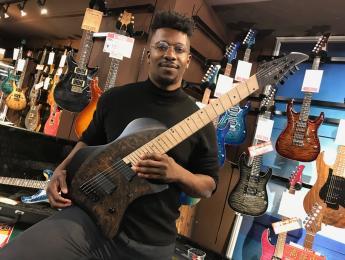 Guitarristas famosos que fundaron su propia marca de guitarras