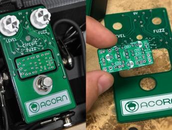 Este pedal de fuzz 2-en-1 incluye la PCB extraíble de un Boost en el panel superior