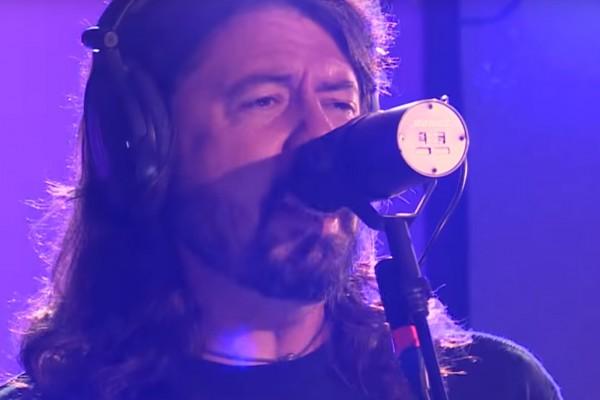 """Así suena """"Let There Be Rock"""" de AC/DC tocada por Foo Fighters"""