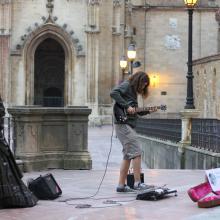 Tocando el la plaza de la catedral de Oviedo!