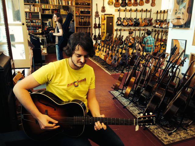 Probando una Gibson L-37 de 1934 en Retrofreet (Brooklyn)